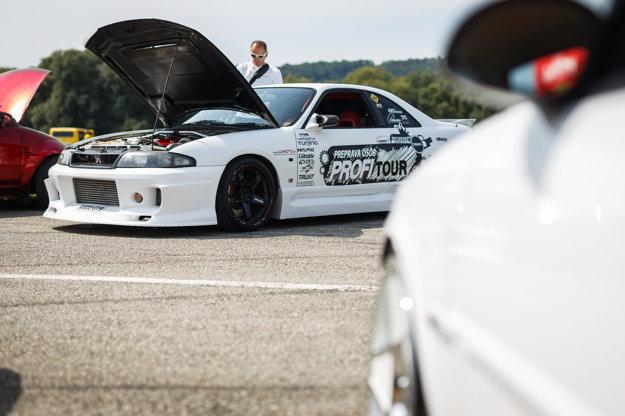 """Nissan Skyline GT-R. Jeho majiteľ Erik Féher z Trebišova o 20-ročnom miláčikovi hovorí, že je asi najvýkonnejšie auto na Slovensku, keďže mu pod kapotou """"erdží"""" až 1 100 koní. Celý kokpit si prerobil svojpomocne, trvalo to skoro 4 roky."""