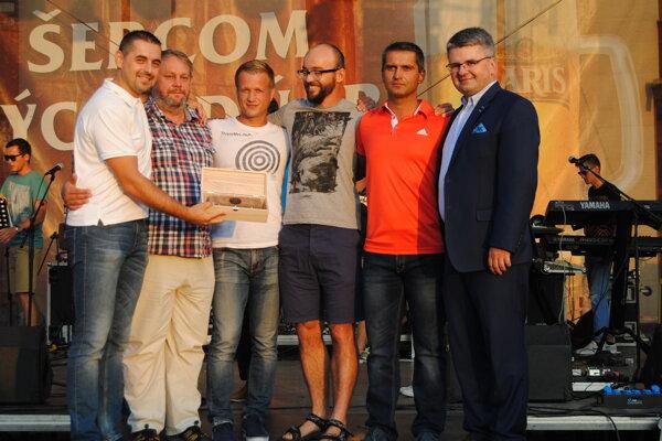 Ocenení volejbalisti. J. Hirčko (vľavo) skolegami prebrali cenu.