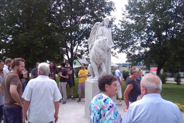 Socha svätého Mareka stojí na gbelianskom námestí oproti soche Krista.