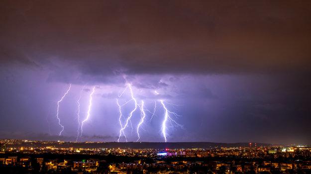 Takto v noci šľahali blesky nad Košicami.