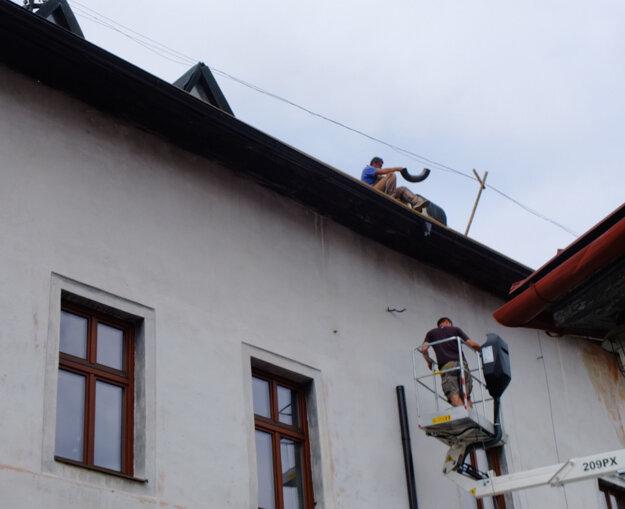Na streche sa v týchto dňoch pracuje.