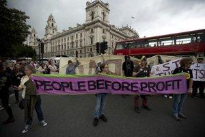 Ľudia v Londýne protestovali proti zmenám v sociálnom systéme.
