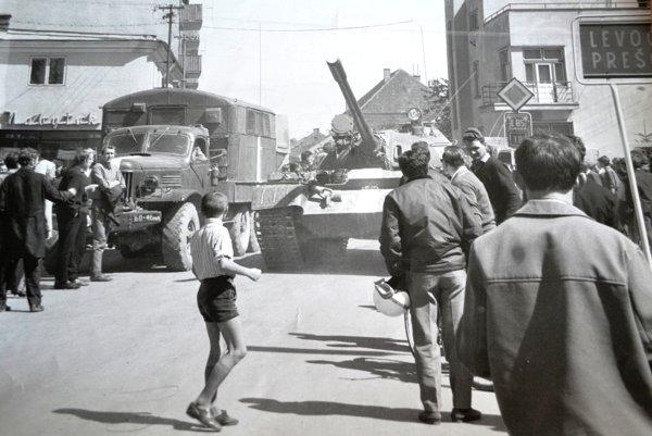 Chlapec - hrdina. Postavil sa pred tank.