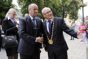 Na snímke vľavo minister obrany SR Peter Gajdoš a vpravo primátor mesta Sabinov Peter Molčan.