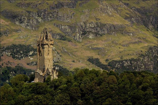 Wallaceov pamätník pri pohľade zo zámku Stirling.