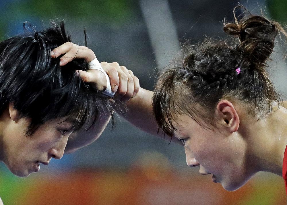 Zápasenie, voľný štýl žien do 48 kg. Číňanka Sun Yanan (vľavo) verzus Japonka Eri Tosakaová.