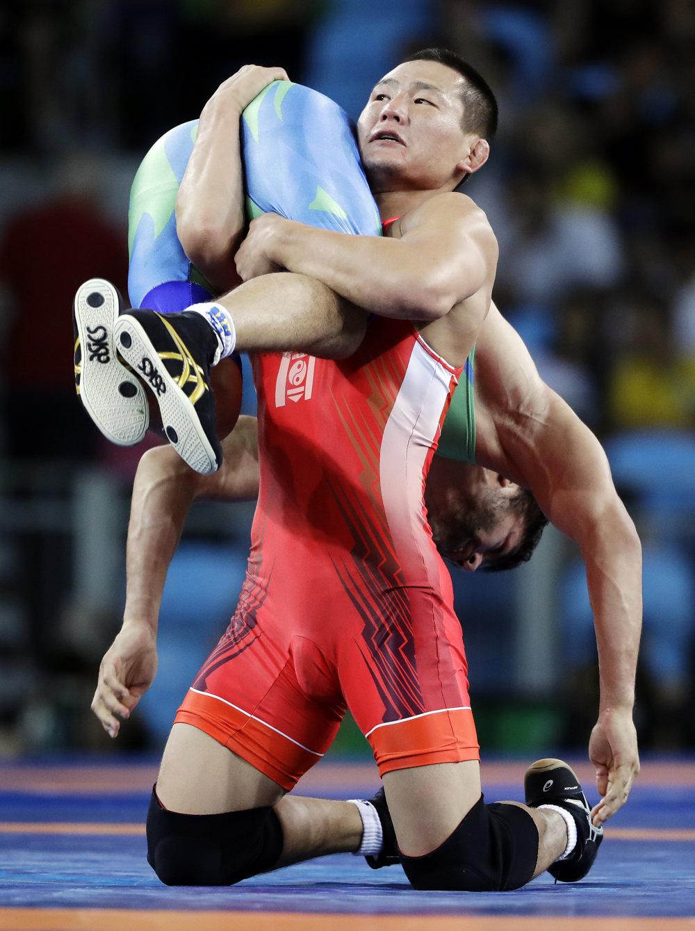 Zápasenie, voľný štýl mužov do 65 kg, súboj o bronz. Mandachnaran Ganzorig z Mongolska (vpravo) verzus Uzbek Ichtijor Navruzov.