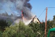Strecha v plameňoch.