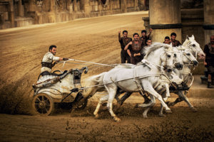 Novému filmu Ben Hur síce nechýba legendárna scéna na voze, ale iné veci áno.