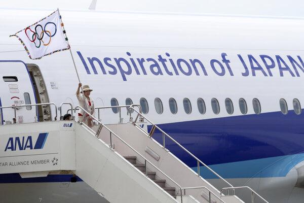 Olympijská vlajka pristála v dejisku budúcej olympiády. Priletela s ňou starostka Tio Juriko Koikeová.