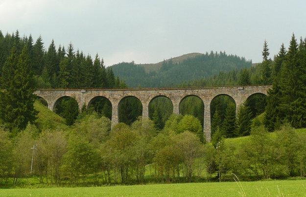 Jednokoľajný Chramošský viadukt je súčasťou Telgárskej slučky na trati Červená Skala - Margecany. Meria 112,6 metra, výška nad terénom 18 metrov.