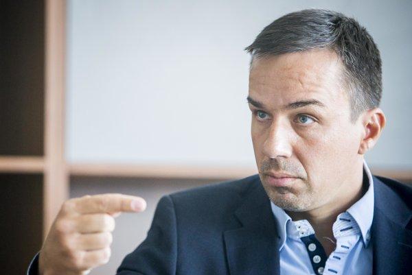 Bývalý hovorca Erik Tomáš prešiel do pozície premiérovho poradcu len nedávno. Od volieb pôsobil ako štátny tajomník ministerstva školstva.