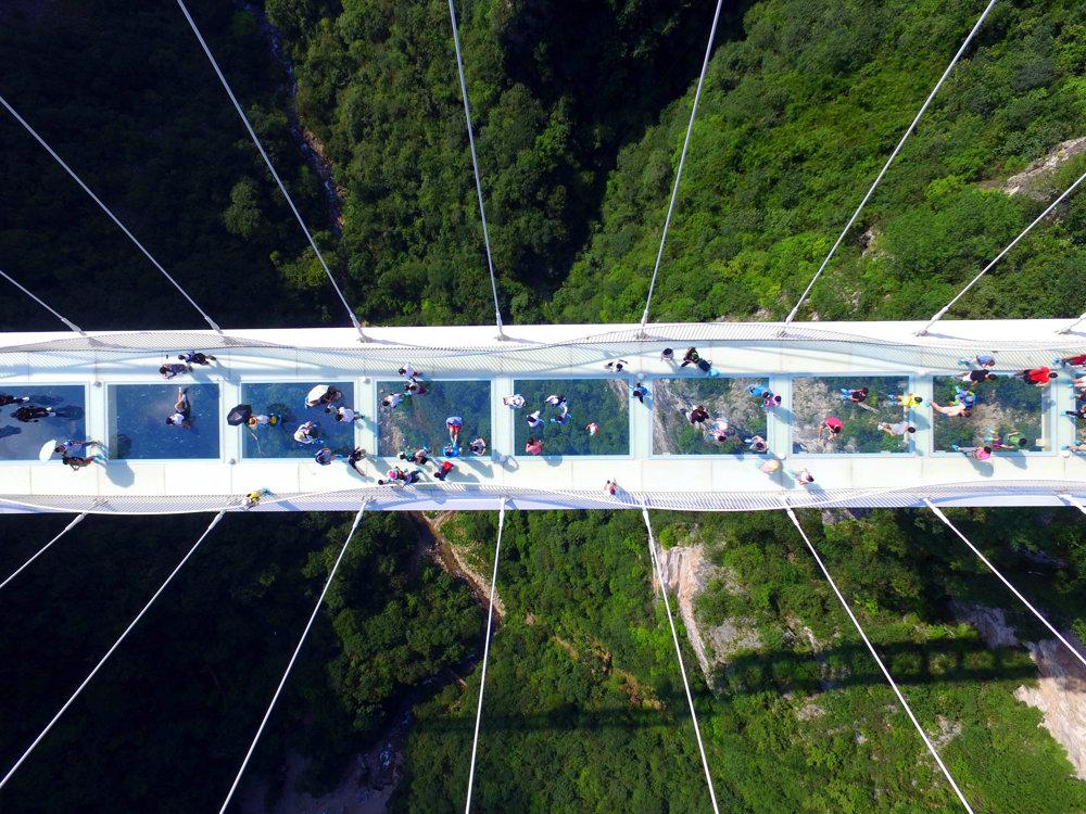 Najvyšší a najdlhší visutý sklenený most meria 430 metrov, je zavesený 300 metrov nad zemou.
