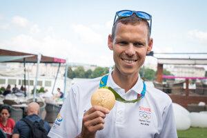Olympijský víťaz mal so svojou medailou príjemné starosti.
