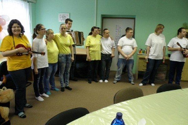 Ľudia chránenej dielne Mikádo obohatili otvorenie stacionára spontánnym kultúrnym programom.