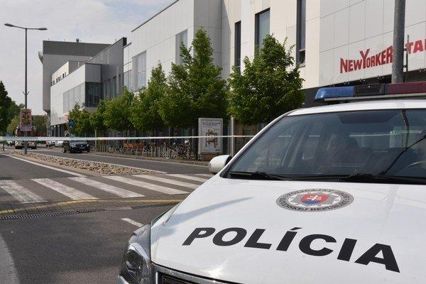 Policajti v stredu evakuovali obchodné centrá Aupark po celom Slovensku.