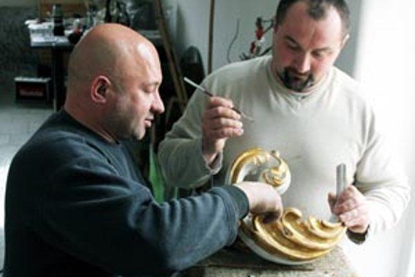 Reštaurovanie lustra prebieha pod vedením Albína Okšu (vľavo).