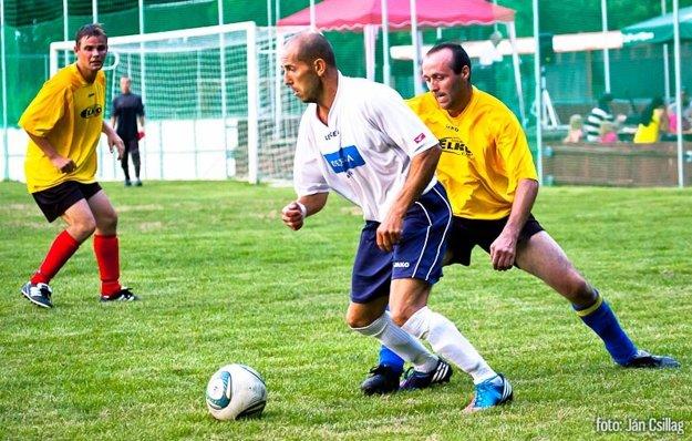 Bývalý futbalista Mojmírovciec Miroslav Tulipán (v bielom) zomrel v novembri 2015.