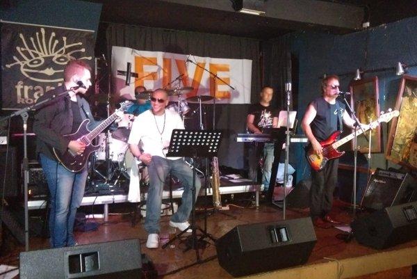 Five+ počas koncertu v klube u Frankieho.