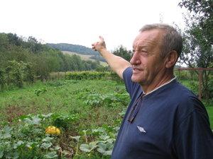 Jozef Bugoš - jeden z iniciátorov myšlienky vybudovať pamätník poľským letcom, ukazuje na miesto, kde sa nachádza Hájnikova lúka.