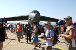 Rady zvedavcov sú od rána aj pri jednej z najväčších atrakcií podujatia - americkom bombardéri B-52