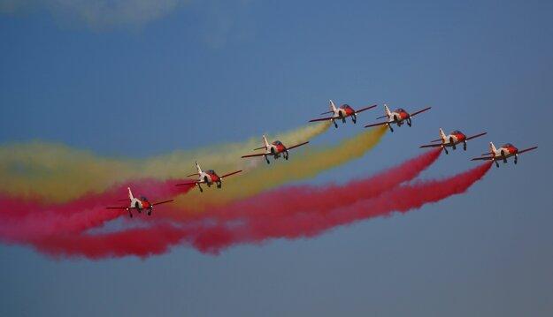 Španielska akrobatická letecká skupina Patrulla Águila (Orlia hliadka). (Zdroj: TASR)