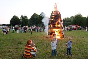 Najväčšiu radosť zo zapálenej vatry mali v Malinovej deti.