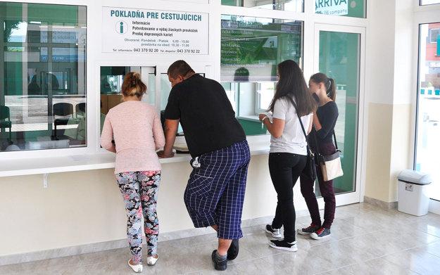 Cestujúci vybavia v informačnej kancelárii študentské preukážky aj dopravné karty.