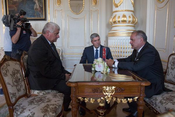 Prezident Andrej Kiska, predseda strany Most-Híd Béla Bugár a kandidát na ministra dopravy, výstavby a regionálneho rozvoja Árpád Érsek počas prijatia v prezidentskom paláci.