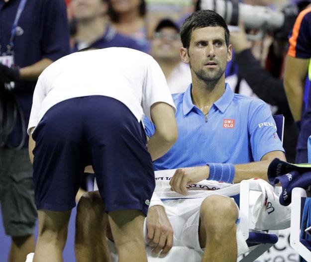 Novaka Djokoviča museli počas zápasu ošetrovať.