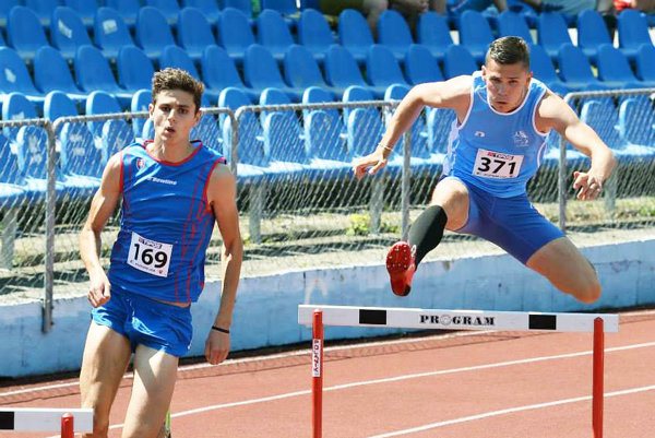 Daniel Mazúch (vľavo) prispel k triumfu družstva ŠK ŠOG Nitra víťazstvom v behu na 3000 m cez prekážky.