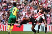 Jermain Lens (v bielo červenej kombinácii) doteraz pôsobil v anglickom Sunderlande.