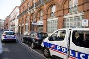Situácia pred policajnou stanicou vo štvrti Saint-Étienne krátko p útoku.