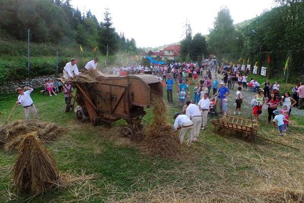 V Habovke zaujali návštevníkov ukážkou mlátenia. Mladí sa poučili, starší zaspomínali.