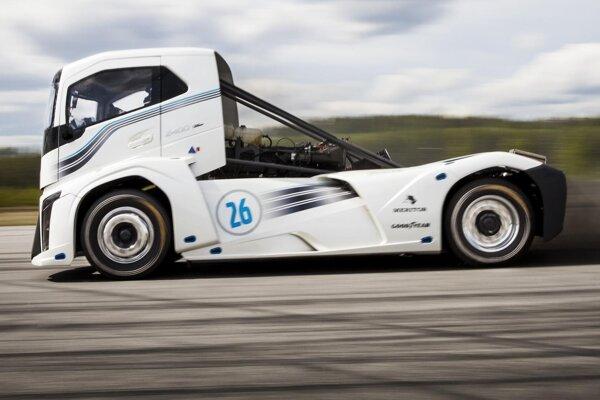 Rekordný ťahač Volvo Iron Knight (Železný rytier). Železný rytier, ktorý vytvoril dva svetové rekordy, je poháňaný motorom s maximálnym výkonom 1 765 kW a jeho maximálna rýchlosť je 276 km/h.