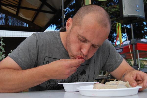 Slovenský šampión v jedení čerešňových periek Roman Fiala.