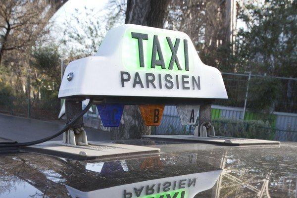 Turisti sa totiž často sťažujú na nerovnováhu medzi cenami, ktoré si pri ceste na letiská účtujú jednotliví taxikári.