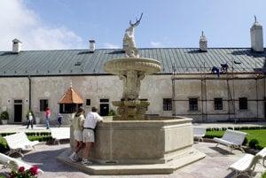 Vrchol fontány na hradnom nádvorí zdobí jeleň, ktorý zachránil šlachtickú rodinu.
