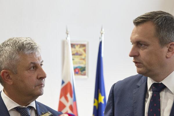 Na snímke vpravo predseda Národnej rady SR Andrej Danko a vľavo predseda Snemovne rumunského parlamentu Florin Iordache na brífingu po stretnutí v rumunskej Oradei.