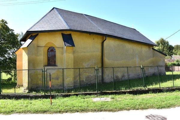 Kostol vHrušove. Jeho pôvod datujú do polovice 14. storočia.