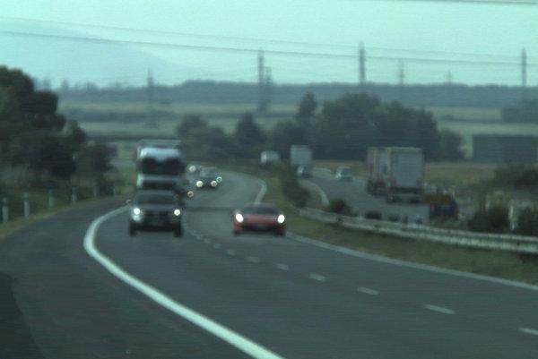 Vodiča Ferrari namerali na diaľnici D2.