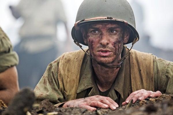 Andrew Garfield ako pacifista Desmond Doss vo filme Hacksaw Ridge.