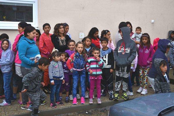 Rodičia a deti čakajú pred budovou školy počas začiatku nového školského roka 2016/2017 v rómskej osade v obci Rakúsy okres Kežmarok.