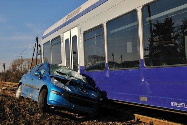 Na nechránenom železničnom priecestí došlo k zrážke vlakovej súpravy lokálnej železnice Erlauftalbahn a osobného motorového vozidla.