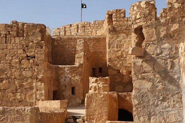 Vlajka Islamského štátu na hrade v Palmýre.