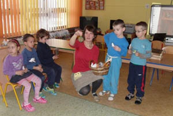 Škôlkari sa dozvedeli, čím môžu v zime kŕmiť vtáčiky.