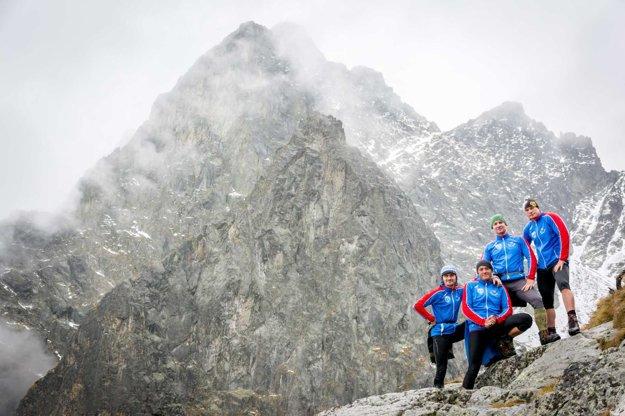 Štvorica kamarátov - horských nosičov,  ktorá ho v krošni vyniesla až na Téryho chatu.