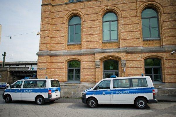 Policajné autá parkujú pred policajnou stanicou v Hannoveri.