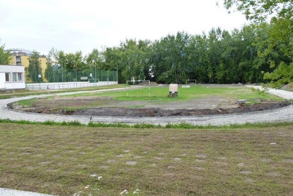V areáli osemročného gymnázia budujú novú tartanovú dráhu.