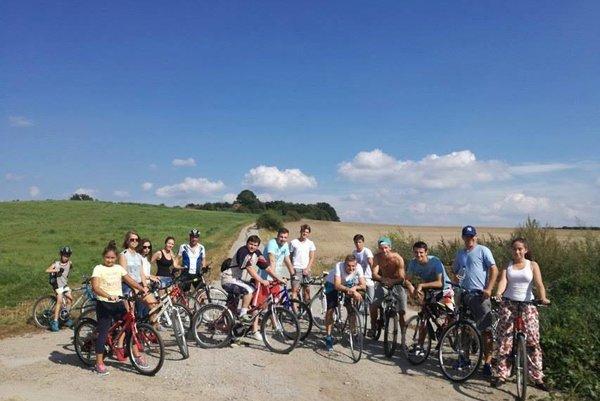 Futbalisti Veľkej Hradnej do Dubodiela cestovali spolu s fanúšikmi na bicykloch.